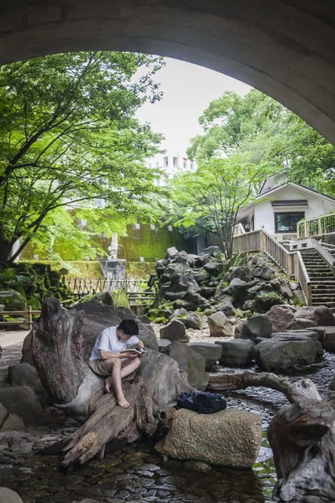Un ruisseau sans eau dans le parc Otonashi Shinsui à Oji
