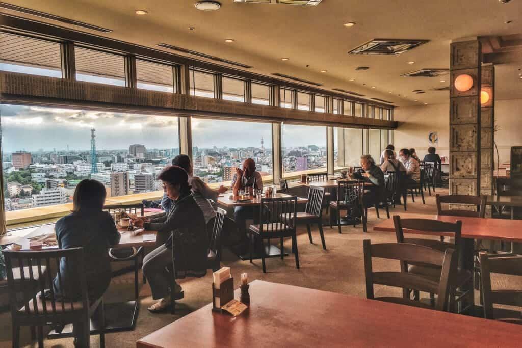 Un restaurant avec vue panoramique sur Tokyo