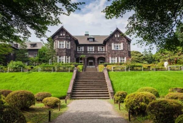 manoir anglais dans un jardin japonais
