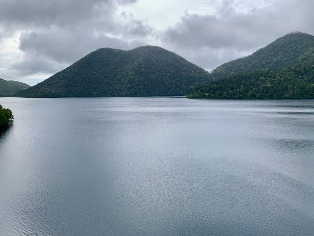 Un lac de montagne dans un parc national à Hokkaido