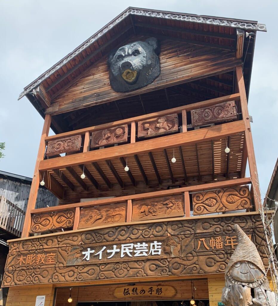 Maison en bois traditionnelle aïnou au Japon