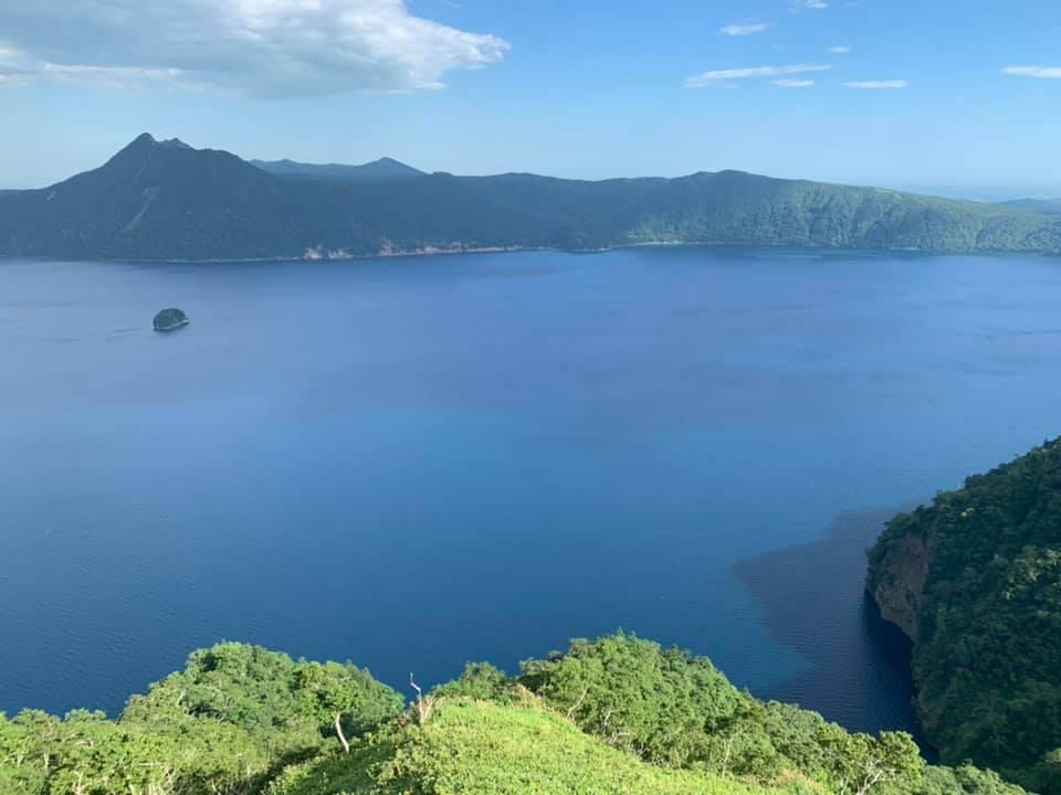 Un lac volcanique dans un parc national japonais