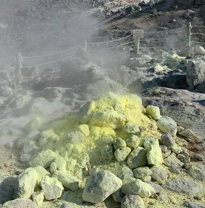 Formation de souffre fumantes près d'un volcan au Japon