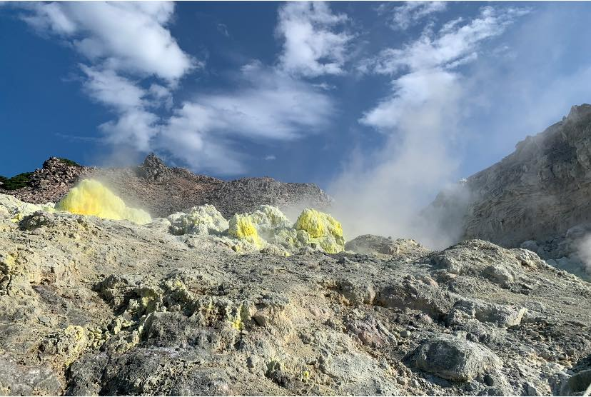 Concrétions de soufre sur le mont Iō