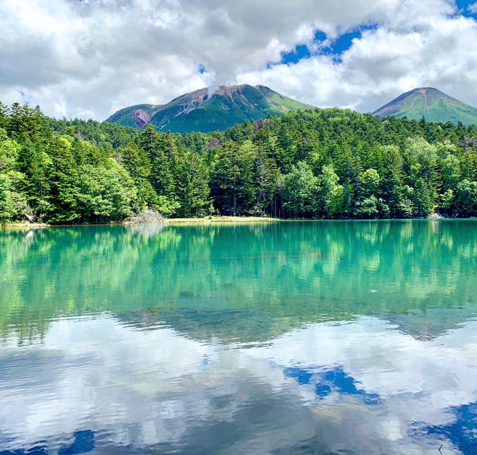 Le lac Onnetō et, en arrière-plan, le mont Meakan