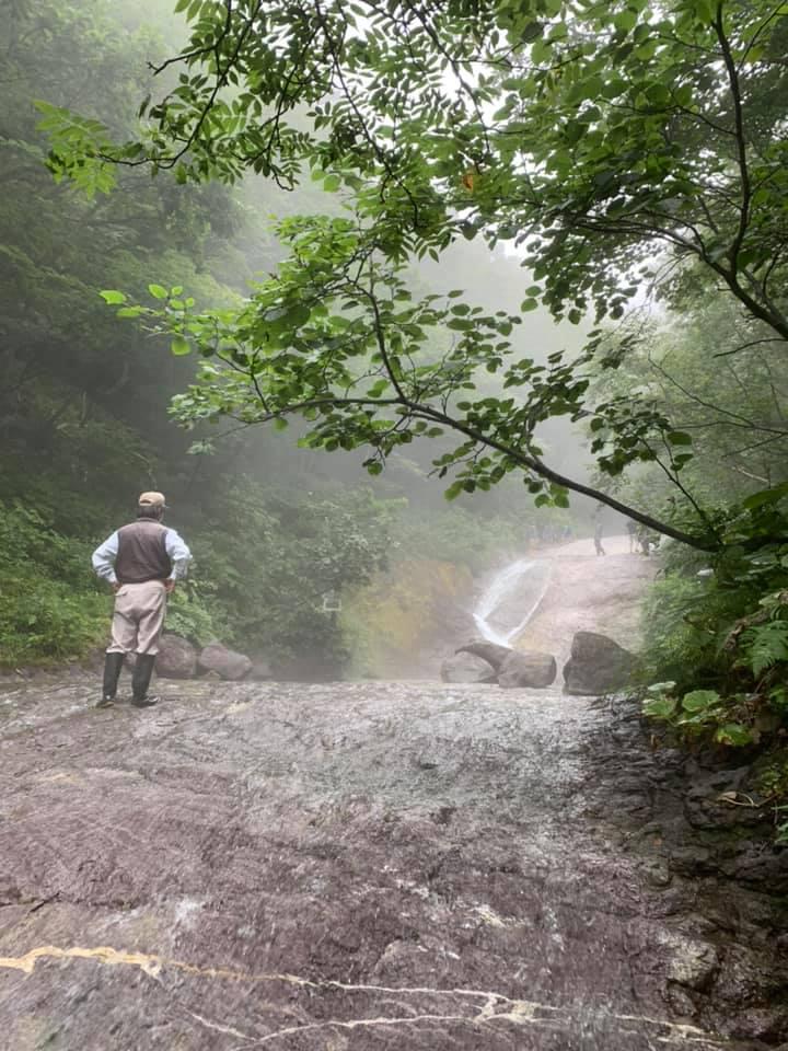 les chutes de Kamiowakka dans un parc national à Hokkaido