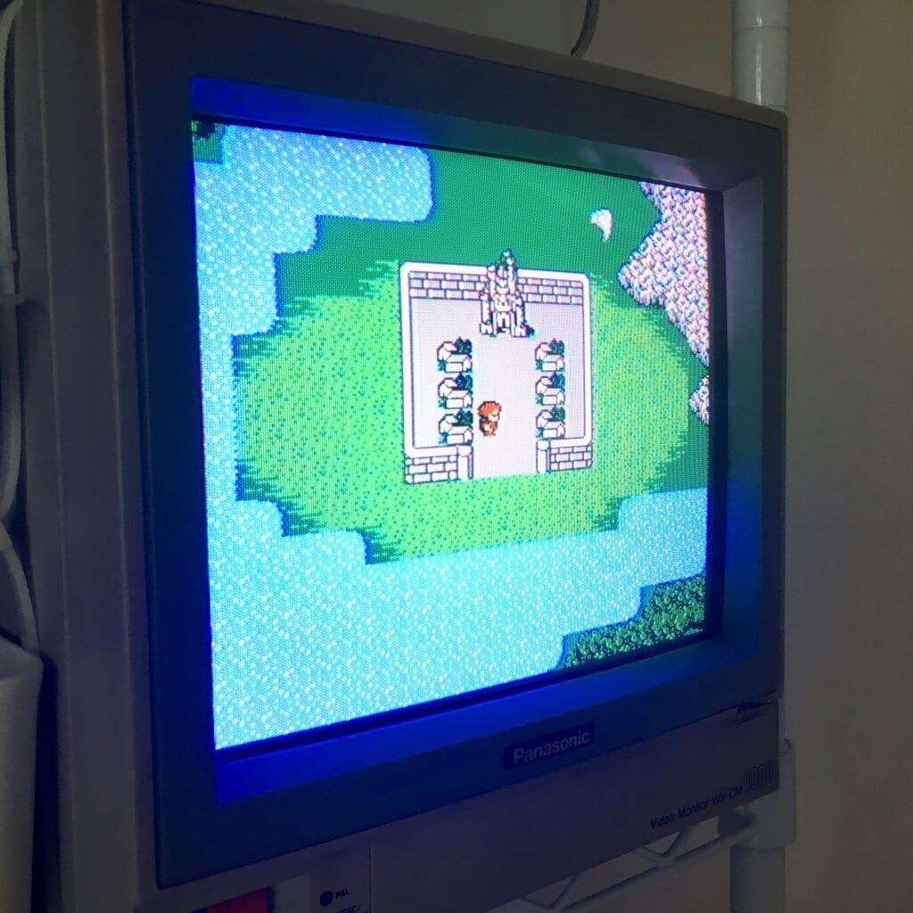 Final Fantasy II pour la Famicom sur un moniteur vidéo classique CRT de Panasonic