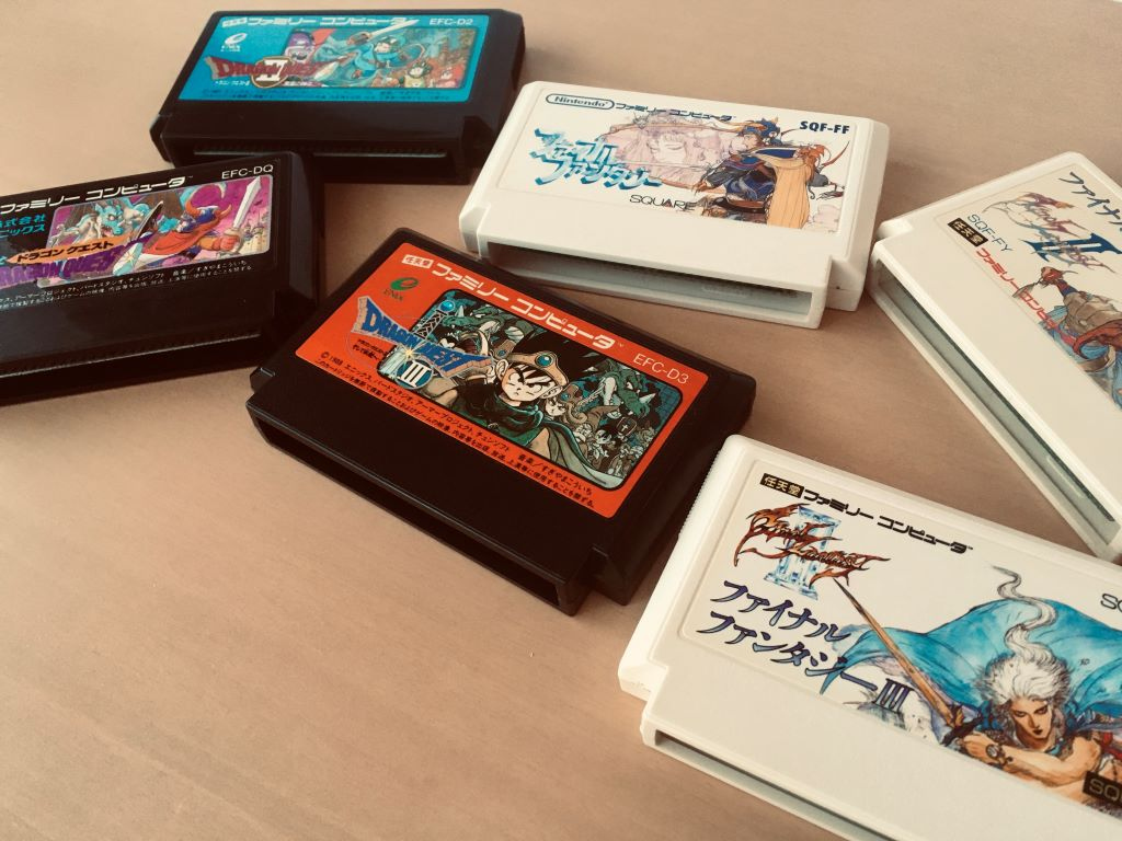 Les trois premiers jeux dans les fameuses séries Dragon Quest (Dragon Warrior) d'Enix et Final Fantasy de Squaresoft