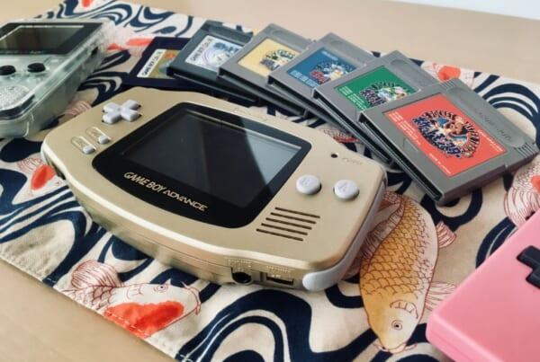 game boy advance et une cartouches de jeux vidéo rétro