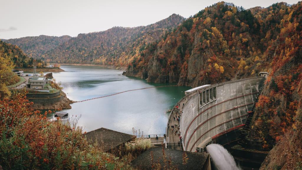 Le lac artificiel de Hoheikyo et son barrage durant la saison des momiji à hokkaido