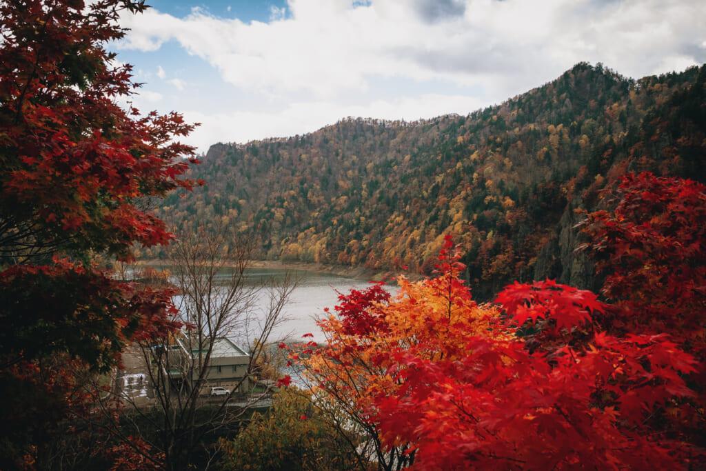 Le lac de Hoheikyo à Hokkaido durant l'automne