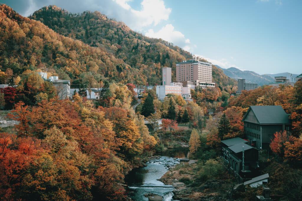 Le village thermal de Jozankei, à Hokkaido, durant l'automne