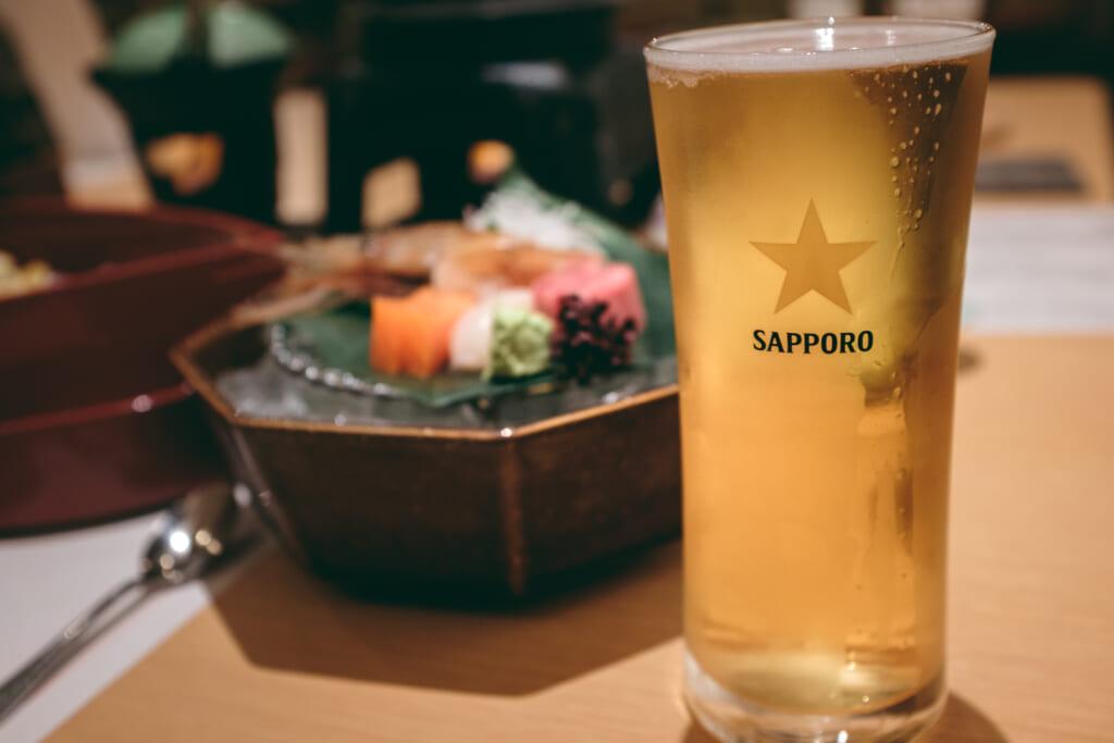 repas traditionnel dans un ryokan japonais avec bière sapporo