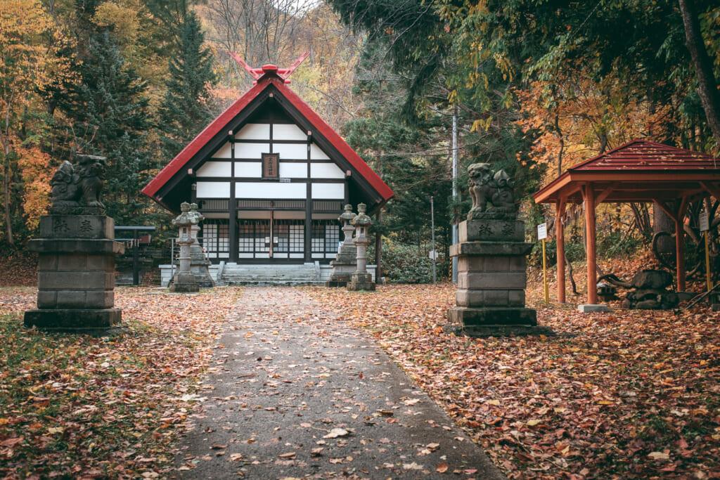 un temple japonais à jozankei durant l'automne