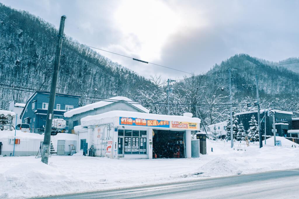 Rues d'un village japonais sous la neige durant l'hiver
