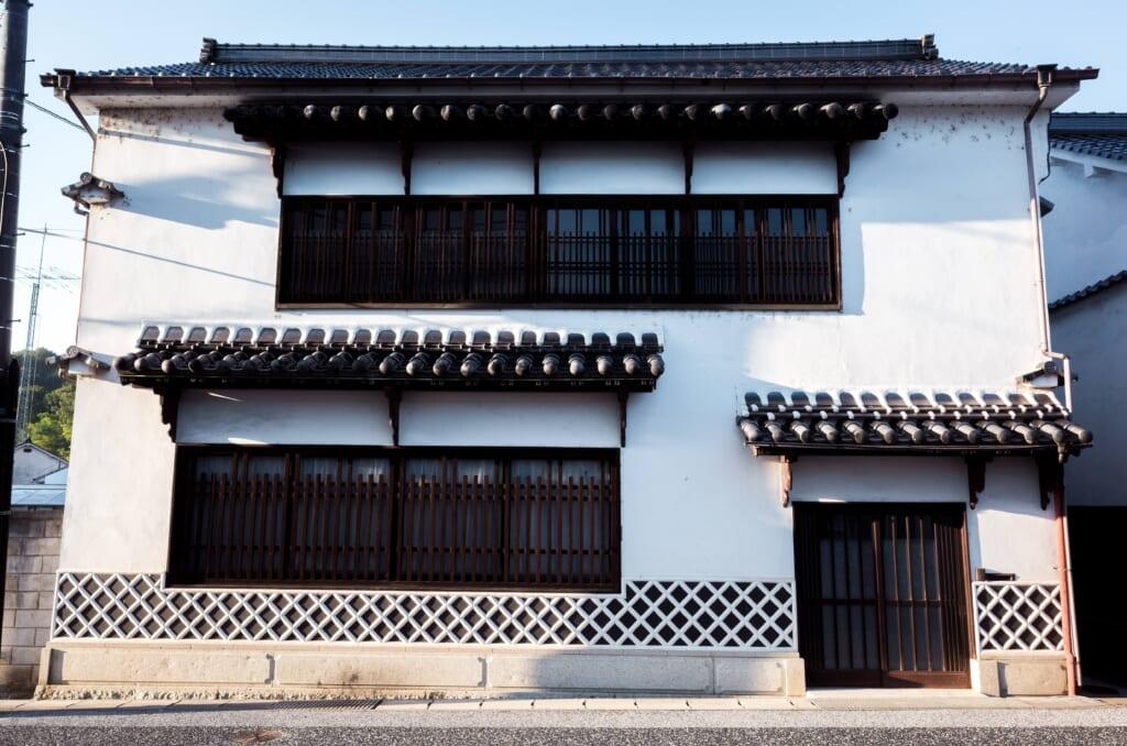 Maison traditionnelle japonaise aux murs blancs