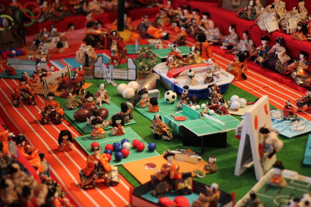 Maquette d'un stade olympique avec poupées traditionnelles japonaises