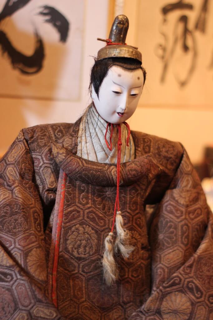 Une des poupées traditionnelles japonaises d'une boutique d'antiquités à Joge