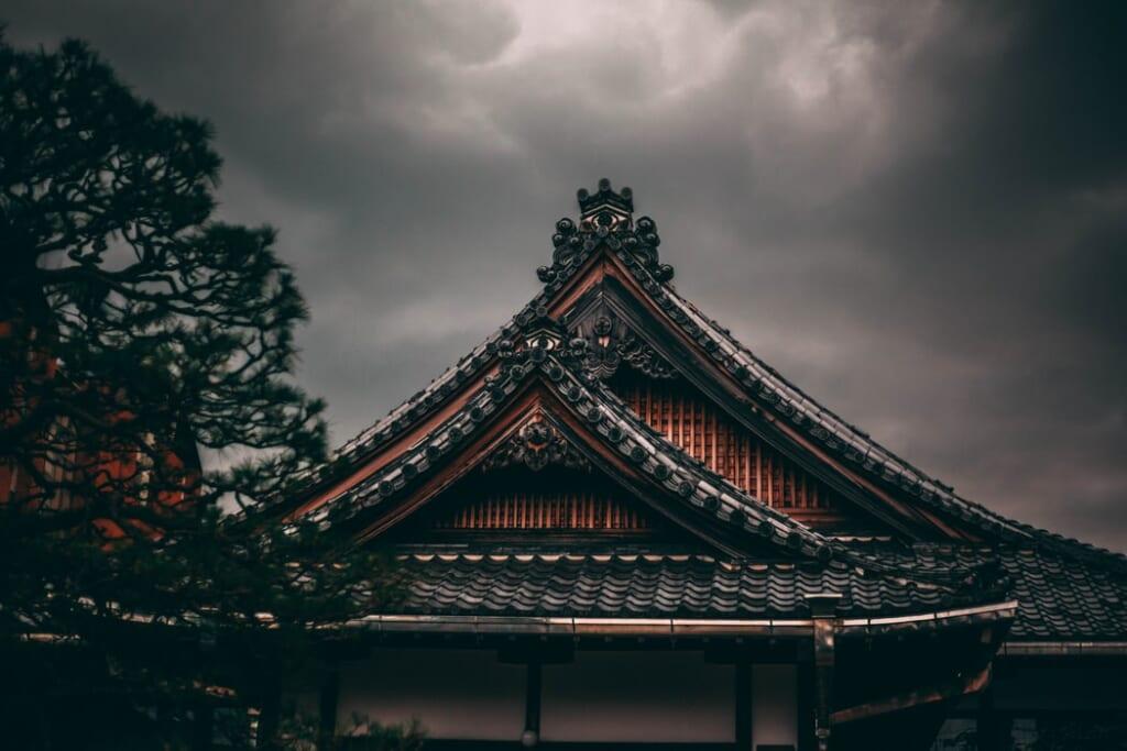 le toit d'un temple bouddhiste japonais