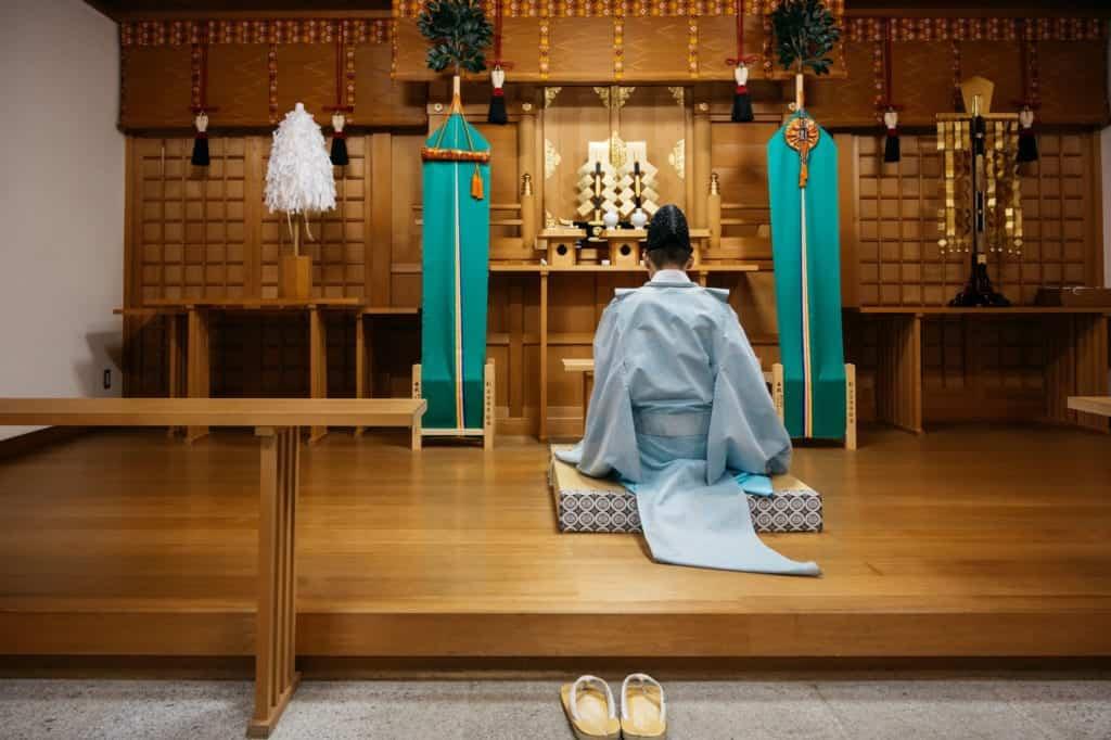 Prêtre shintoïste officiant dans un sanctuaire au Japon