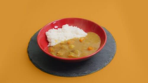 Du riz au curry japonais fait maison dans une assiette
