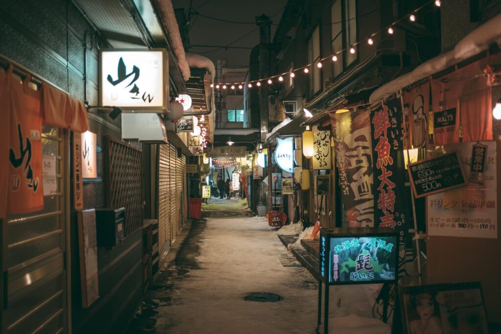Une ruelle pleine d'izakaya à Hokkaido