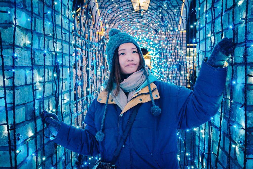 Portrait sous les décorations de noël d'Hokkaido
