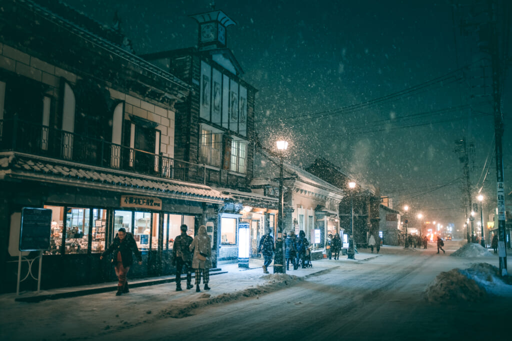 Rue marchande japonaise sous la neige durant noël