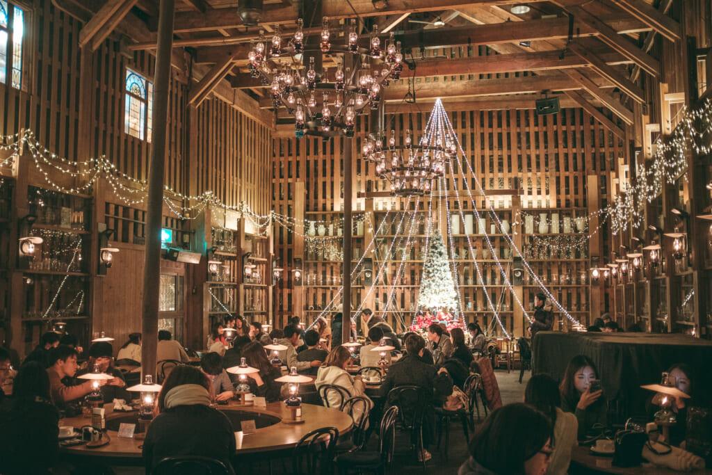 Un café japonais plein de décorations de noël