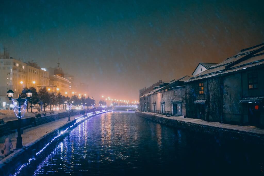 Le canal d'Otaru sous la neige durant le soir de noël