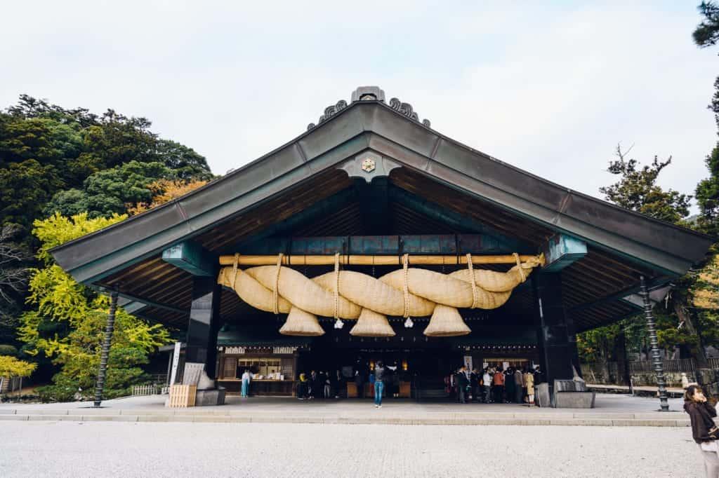 Le sanctuaire Izumo Taisha, avec son immense corde de paille de riz shimenawa
