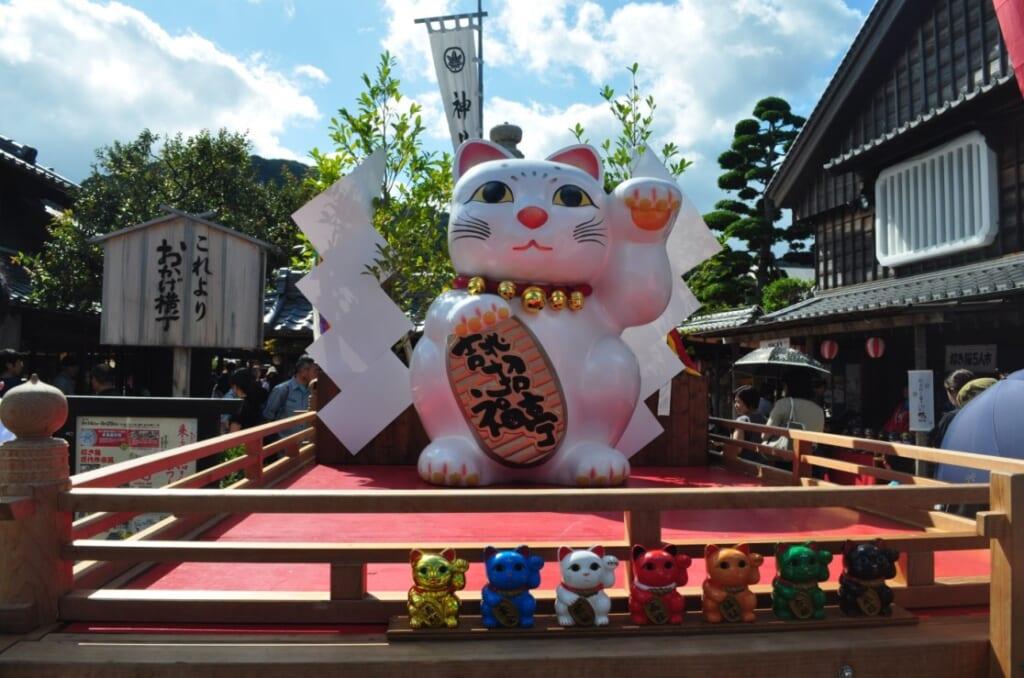 Un maneki-neko géant à l'entrée de la rue commerciale d'Ise-Shima, de quoi vous porter chance