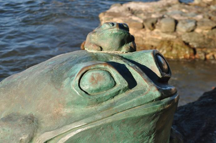 Statues de grenouilles, gardiennes du Meoto-iwa