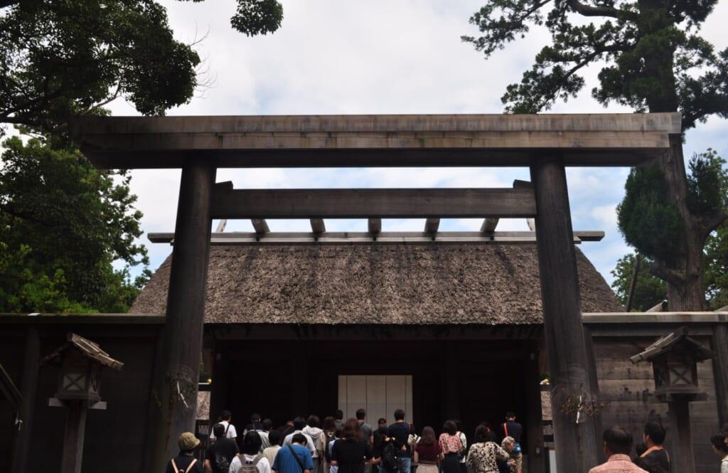 Sanctuaire Geku et sa longue file d'attente pour prier