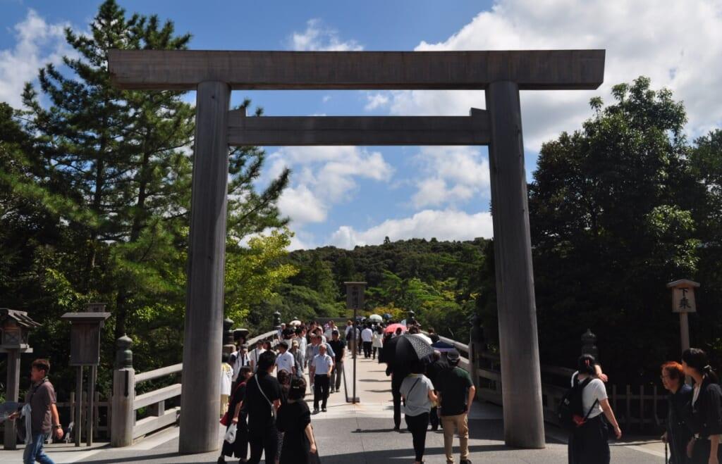 Torii précédent le pont Uji-bashi, porte d'entrée sur le sanctuaire Naiku à Ise-Shima