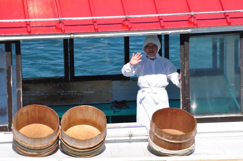 Une pêcheuse d'Ise-Shima saluant le public avant la représentation de plongée