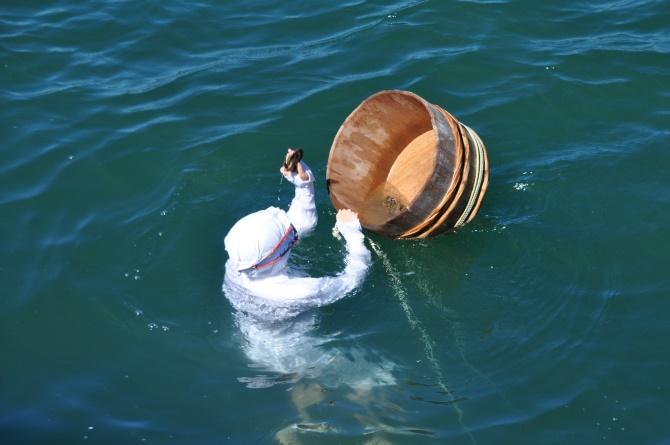 Une pêcheuse traditionnelle d'Ise-Shima en pleine mer