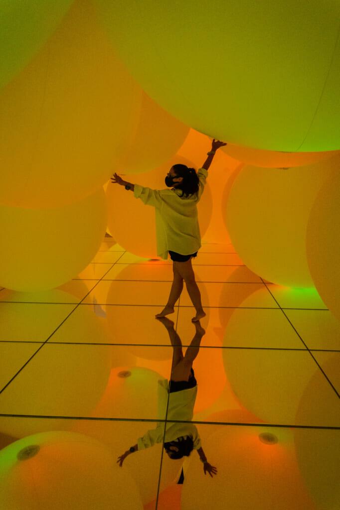 sphères jaunes dans une exposition de teamLab planets