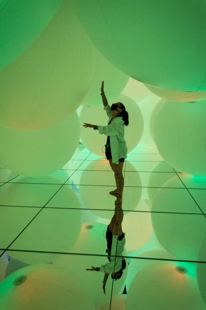 sphères vertes dans une exposition de teamLab Planets