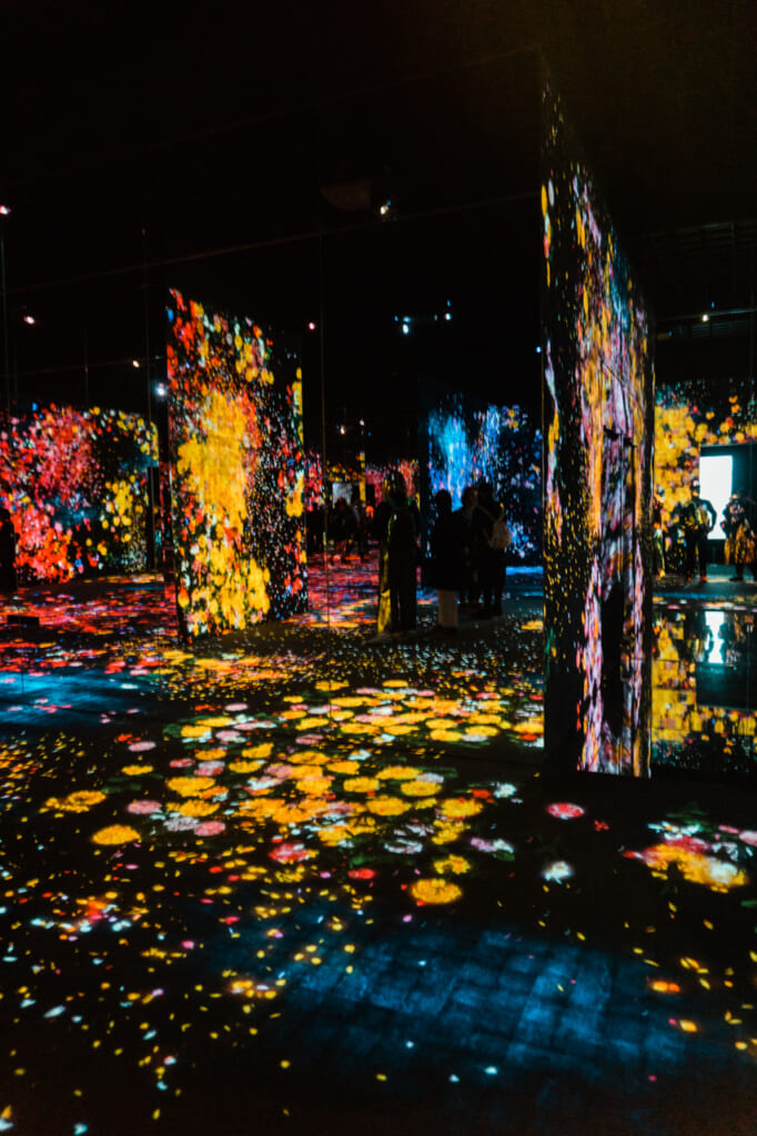 forest of flowers and people : une oeuvre exposée au teamLab Borderless