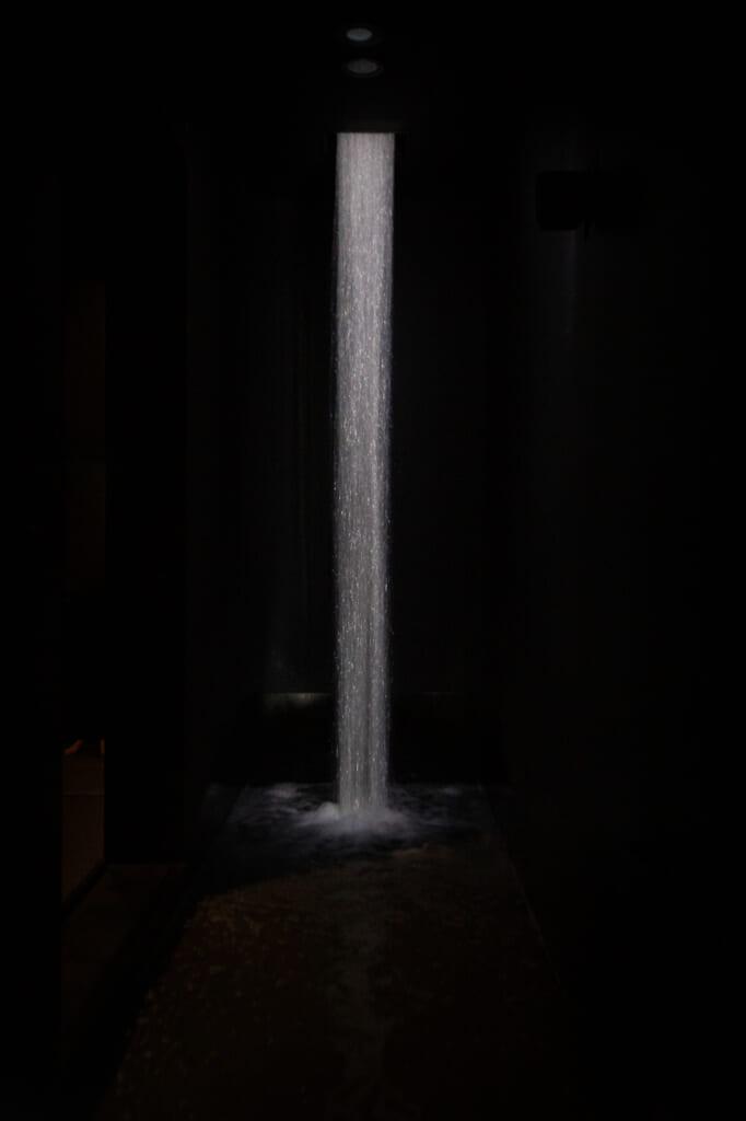 Une vraie cascade dans le musée
