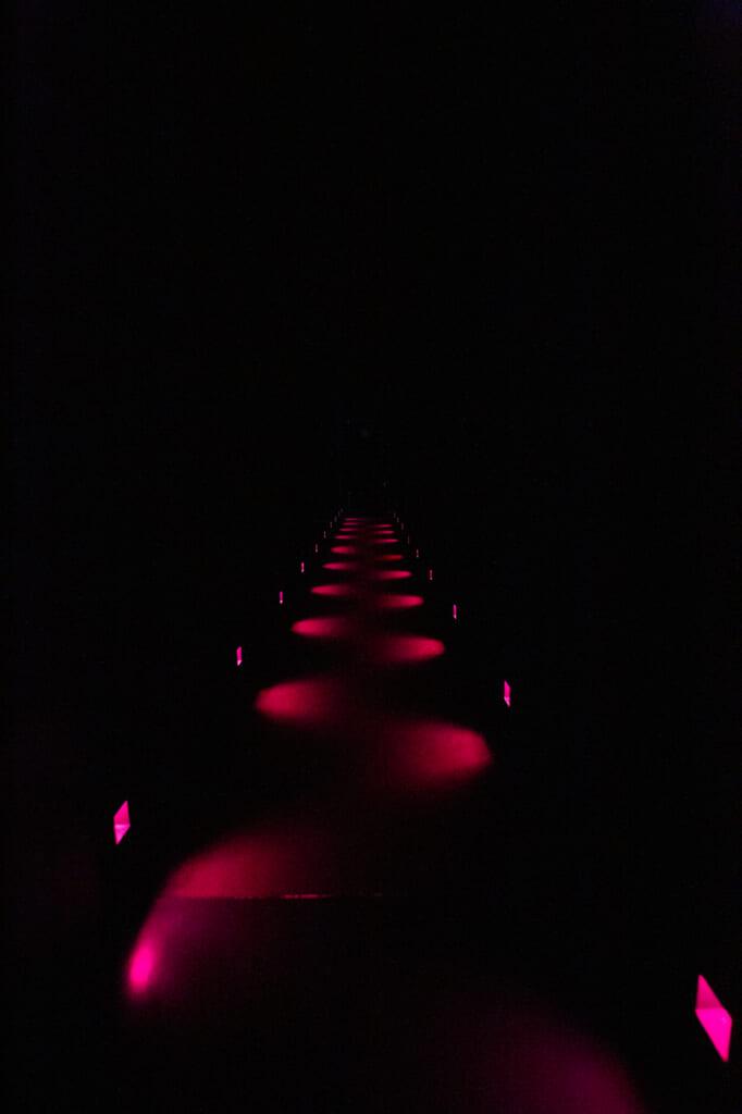 couloir éclairé de lumières rouges