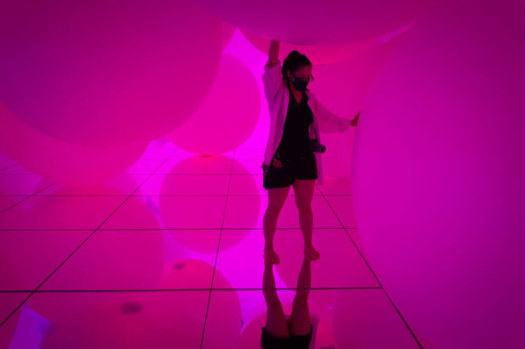 sphères lumineuses roses dans une exposition de teamLab