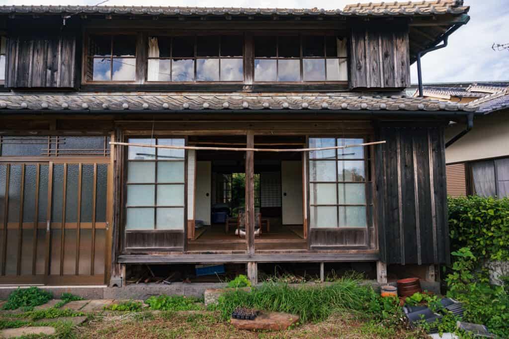 L'extérieur de la kominka Yanoya, chambres d'hôtes à Ojika