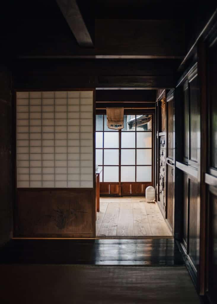 intérieur et porte coulissante d'une maison traditionnelle japonaise à Ojika