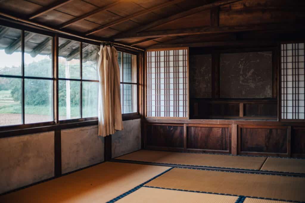 sol en tatamis dans une maison traditionnelle japonaise sur l'île d'Ojika