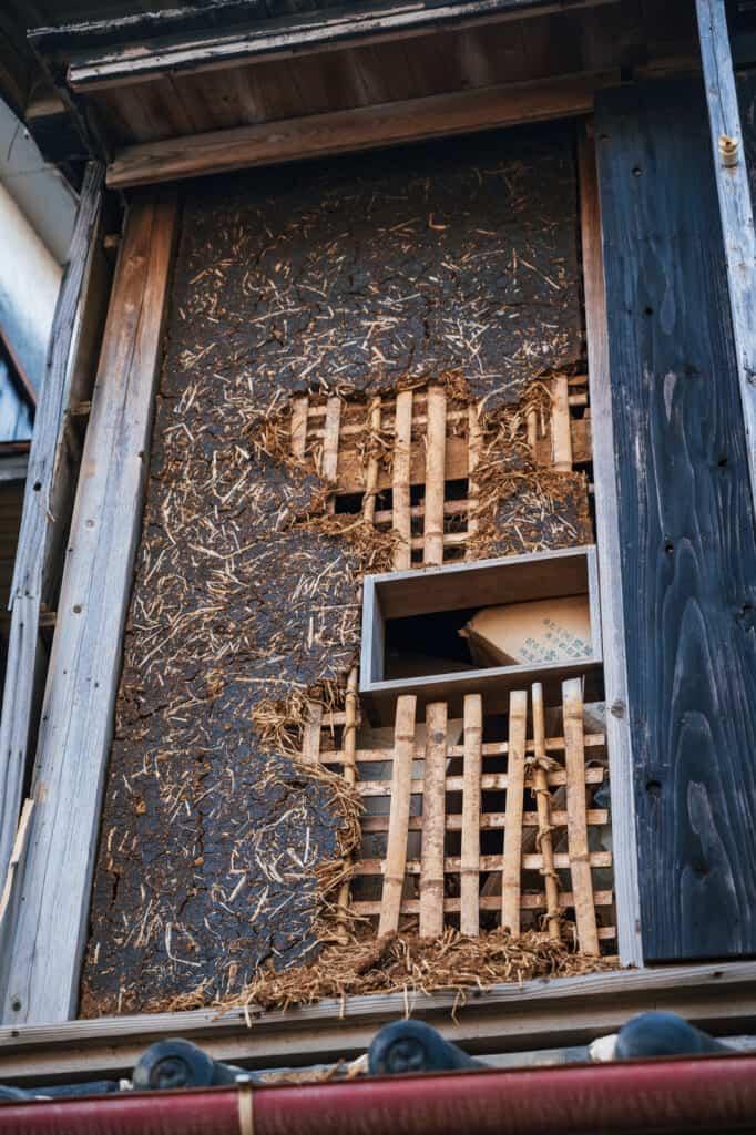 Détail de la construction traditionnelle d'un mur japonais de plus de cent ans