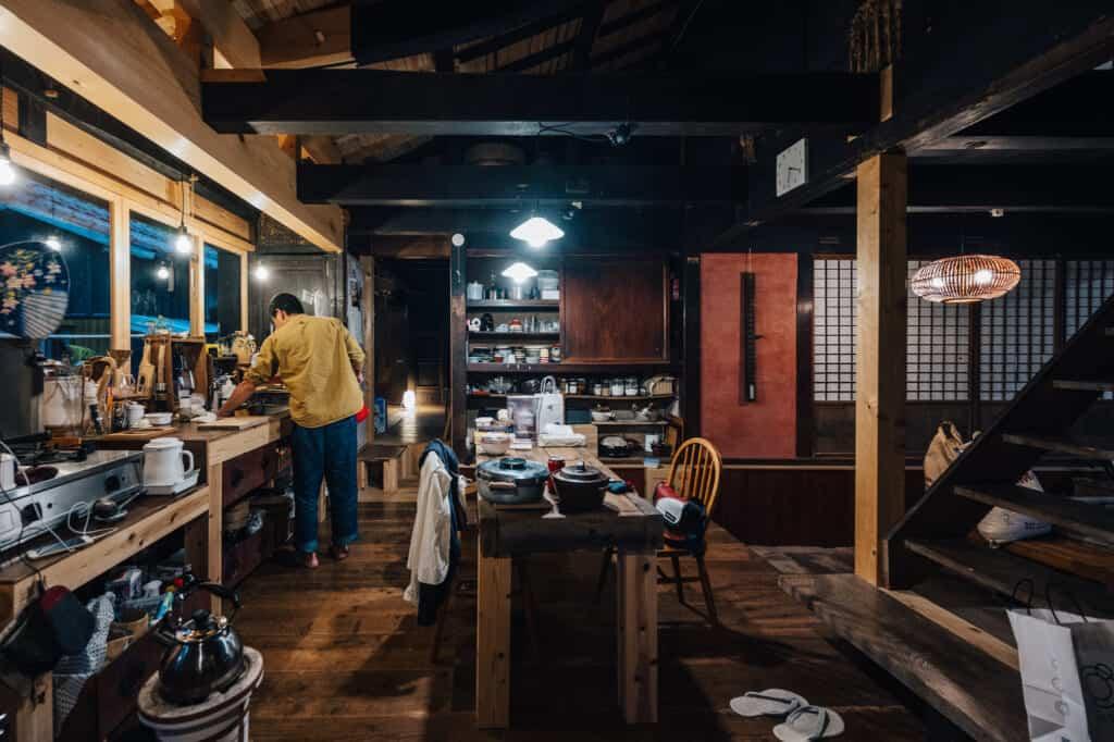 grande cuisine dans une maison traditionnelle japonaise