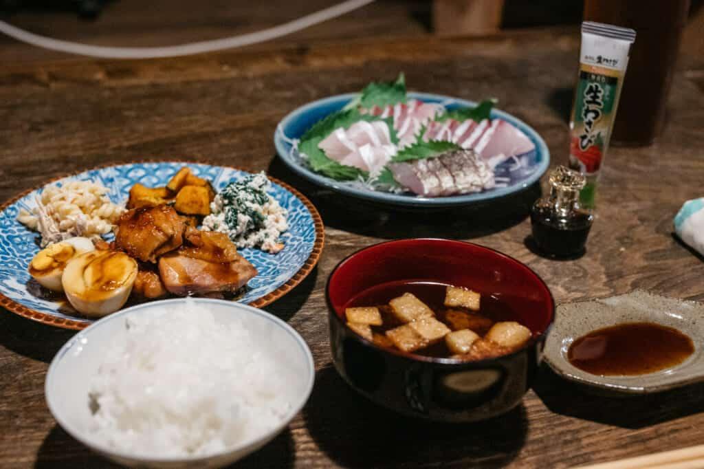 Repas japonais dans une chambre d'hôte traditionnelle