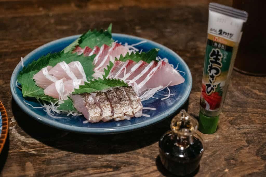 plat de sashimis fraichement préparés dans une kominke à Ojika